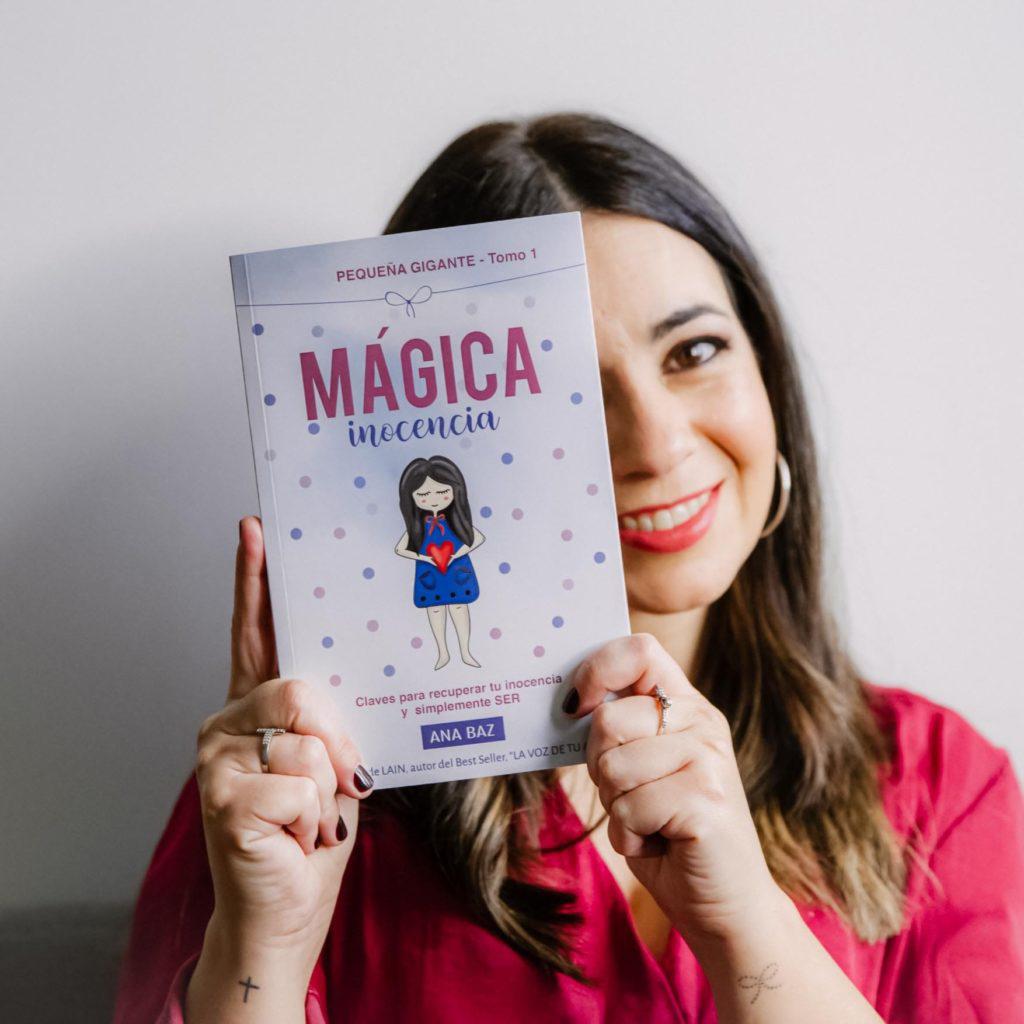 Foto de Ana Baz Mou con libro Mágica inocencia